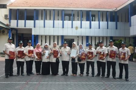 Pemberian Penghargaan Satyalencana Karya Satya dan Bakti Karya Husada Kepada 19 Pegawai BBTKLPP Surabaya